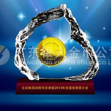 2014年1月:万博体育app官方下载广州立白集团20周年庆纯金币镶嵌水晶摆件