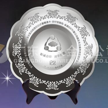 2014年11月:万博体育app官方下载深圳金溢科技公司战略合作伙伴纯银纪念盘万博体育app官方下载